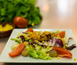 Salade végétarienne, cookies salés au choix