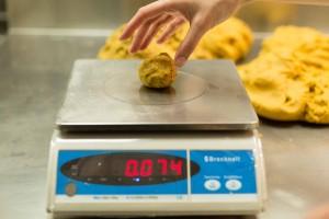Pâte à cookies : la pesée